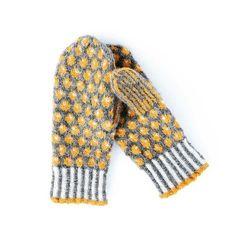 Free knitting pattern for stranded colorwork mittens: Lilians Bärvantar. Knitted Mittens Pattern, Loom Knitting Patterns, Knitting Blogs, Knit Mittens, Lace Knitting, Mitten Gloves, Knitted Hats, Knit Crochet, Knitting Tutorials