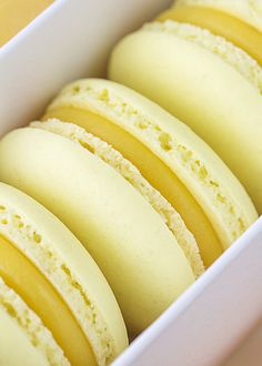 Macarons de mango y chocolate blanco Macaroon Cake, Macaroon Recipes, Cookie Factory, French Macaroons, Easy Cooking, Clean Eating Snacks, Hot Dog Buns, Gourmet Recipes, Vanilla Cake