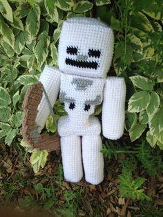 Minecraft Skeleton & Crochet by rdekroon on DeviantArt Crochet Crafts, Crochet Dolls, Yarn Crafts, Crochet Projects, Knit Crochet, Sewing Projects, Minecraft Crochet Patterns, Minecraft Pattern, Minecraft Knitting