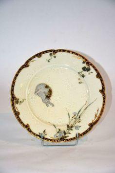 """¤ DAMOUSE Albert (1848-1926) Sèvres  Assiette """"Chat"""" circa 1878-1880 en porcelaine dure, à décor de grand feu, émail or. Monogrammée A.D située Sèvres. Diam : 25 cm"""