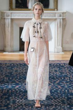 Guarda la sfilata di moda Valentino a Parigi e scopri la collezione di abiti e accessori per la stagione Collezioni Primavera Estate 2017.
