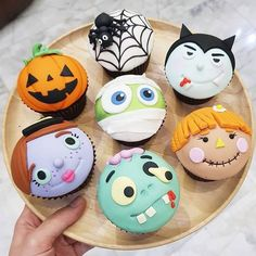 Aren't these adorable! I especially love the pumpkin, spider and mummy cupcakes! - Cupcakes by ? Aren't these adorable! I especially love the pumpkin, spider and mummy cupcakes! – Cupcakes by ? Halloween Desserts, Menu Halloween, Halloween Torte, Halloween Backen, Pasteles Halloween, Bolo Halloween, Halloween Cupcakes Easy, Halloween Cookies, Cute Desserts