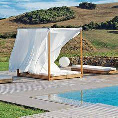 Un lit baldaquin pour une touche zen à côté de la piscine. Après plusieurs longueurs intenses, rien de mieux que de se détendre dans ce grand lit baldaquin. Avec la chaleur de son bois en teck et ses voiles légers, ce lit à double couchage, inclinable comme une chaise longue, apportera une touche d'exotisme au coin piscine.