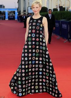 Cate Blanchett Wears Dior Haute Couture at the Deauville Film Festival and looks like the most stunning granny square blanket ever. Crochet Shawl, Knit Crochet, Mode Crochet, Dior Haute Couture, Cate Blanchett, Australian Fashion, Red Carpet Looks, Crochet Fashion, Crochet Clothes