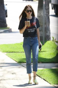 Dakota Johnson Street Style, Dakota Style, Teen Fashion Outfits, Casual Outfits, Casual Clothes, Jeans And T Shirt Outfit, Gucci Gown, Vintage Band Tees, Petite Fashion