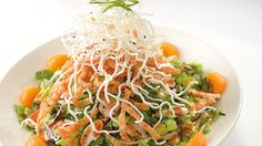 The next time you are craving Chinese Food give this Chinese Chicken Salad Recipe from The Cheesecake Factory at Try! It& the PERFECT Recipe that has that tangy asian flavor! The Cheesecake Factory, Cheescake Factory, Sin Gluten, Cajun Jambalaya Pasta, Poached Chicken, Chinese Chicken, Chicken Salad Recipes, Coleslaw Recipes, Soup And Salad