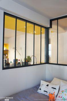 Une jolie verrière noire pour la luminosité du salon vers la cuisine.