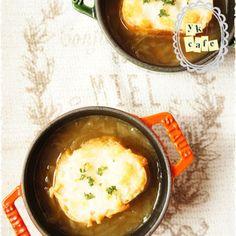 とろとろ甘~いオニオンスープ♪+by+ゆっこさん+|+レシピブログ+-+料理ブログのレシピ満載! 暇な時に玉ねぎをまとめて炒めておけば、それだけで たまねぎの甘さとベーコンのうまみで、コンソメやブイヨンはいりません!! ポイントは飴色玉ねぎです! チーズをのせて焼いたバケットをのせれ...