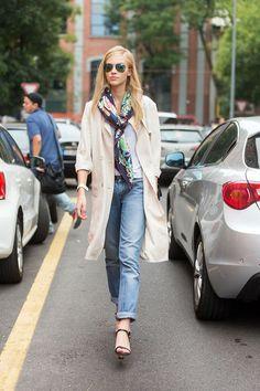 ざっくりスカーフ巻き。 - 海外のストリートスナップ・ファッションスナップ