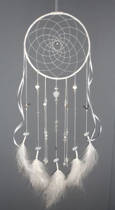 Attrape-rêves blanc, thème coeurs, dreamcatcher, bijou d'intérieur, plumes, perles et ficelle