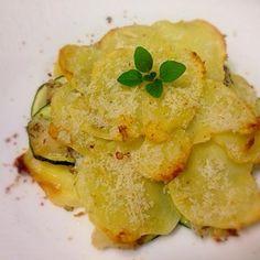 真鯛とジャガイモとズッキーニのミルフィーユ+by+フラテルさん+|+レシピブログ+-+料理ブログのレシピ満載! 昨日、お友達にジャガイモを頂きました。 せっかくなので、 ジャガイモがメインで 鯛が脇役のお料理を作りました(^_^)v こんな風に重ねて焼くと、 下のジャガイモはしっとりホクホク 上のジャガイモは...