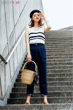 パンツ¥2490・トップス(一部店舗のみで販売)¥1490・靴¥2490・3 連ブレスレット¥590・バッグに結んだスカーフ¥590/ジーユー バッグ・ベレー帽/スタイリスト私物