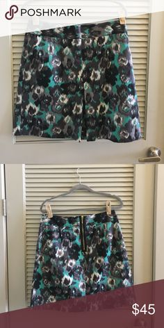 Teal & gray Leopard print skirt Teal & gray Leopard print skirt. 2 pockets in front and cute/ flattering pleat in the middle. 99% cotton, 1 % spandex. In great condition. Hits above knees. Can be dressed up or down easily! Express Skirts Midi