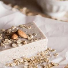 Easy Homemade Oatmeal Almond Soap at Chasing Delicious. Homemade by Sese Sese van Kraayenburg. Homemade Oatmeal, Oatmeal Soap, Savon Soap, Milk Soap, Homemade Beauty Products, Soap Recipes, Handmade Soaps, Diy Soaps, Home Made Soap