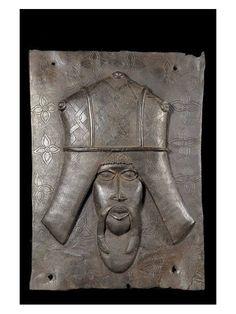 Le Royaume de Bénin, au sud de l'actuel Nigeria, est réputé pour ses magnifiques bronzes et ses sculptures en ivoire.  Ces oeuvres constituent l'un des plus grands trésors de l'humanité et figurent parmi les pièces maîtresses des musées du monde entier. Le palais de l'Oba, où se trouvaient les somptueux sanctuaires royaux, était considéré comme le centre de la capitale et du royaume.
