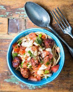 Jos haluaa, voi tomaattipastaan lisätä esimerkiksi paistettuja makkarapaloja.