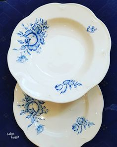 The beauty and elegance of antique dishes Old ARABIA of Finland dinner plates. white plates with blue roses. Antique Dishes, White Plates, Blue Roses, Little Things, Bed Spreads, Dinner Plates, Finland, Antiques, Tableware