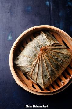 Lo Mai Gai (Steamed Sticky Rice in Lotus Leaf) asian cooking Chinese Sticky Rice, Coconut Sticky Rice, Sweet Sticky Rice, Sticky Rice Recipes, Mango Sticky Rice, Chinese Food, Asian Snacks, Asian Desserts, Asian Recipes