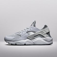 """Holt euch den #NikeAirHuarache """"Wolf Grey/Pure Platinum"""" mit grauem Upper und Dynamic Fit-Innenschuh im Onlineshop."""