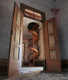 This is just amazing woodwork! Those stairs are a work of art. Restoring a house with features like this would be a dream. Old Abandoned Buildings, Abandoned Property, Abandoned Castles, Abandoned Mansions, Old Buildings, Abandoned Places, Beautiful Buildings, Beautiful Places, Portal