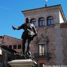 Monumento a Don Álvaro de Bazán en la plaza de La Villa. Monument to Don Álvaro de Bazán in Plaza de La Villa, old City Hall