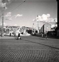 Warszawa, ruiny kamienic przy Twardej i Złotej. W głębi widoczny nowo wybudowany Pałac Kultury i Nauki, lata 1954-1957.
