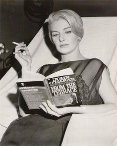 oanne Woodward en una imagen de 1959, leyendo la novela From The Terrace del escritor John O´Hara,
