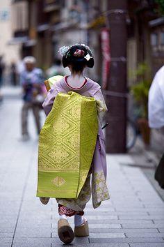 Miyagawacho 17:49:15 | Maiko (apprentice geisha) Miyofuku 美代… | Flickr