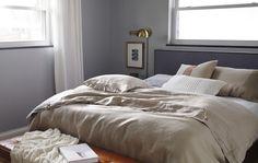 Die Deko im Schlafzimmer sollte schlicht sein und beruhigend wirken.