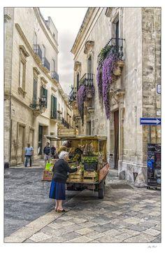 Un tendero local en Puglia, Italia.