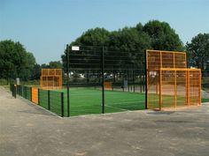 Groot voetbalcourt met LSR24mm. Kunstgras-ondergrond. Multiplay. 8 jaar of 10.000 speeluren garantie. De kooi zelf is contactgeluids-dempend. Opgebouwd met ons security-systeem. http://www.skwshop.nl/sportkooien/voetbalkooien-premium