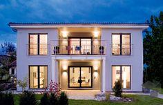 Purer Luxus! Das Musterhaus Suhr von DAS BODENSEEHAUS ist eine moderne Stadtvilla mit einer Wohnfläche von 152² verteilt auf 5 Zimmer. Finde eine große Auswahl an weiteren Stadtvillen auf: https://www.fertighaus.de/typen/villa/?utm_source=Pinterest&utm_medium=Pinterest&utm_campaign=Stadtvillen&utm_content=Stadtvillen    #Fertighausde #Stadtvilla #Hausbau #Inspiration #modern #Garten #Hausidee #Walmdach