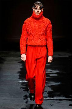 Cinquième présentation de cette première journée de la fashion week londonienne, Topman Design présente une collection aux influences sombres et dramatiques. #topmandesign #menswear #runway #catwalk #winter2014 #london