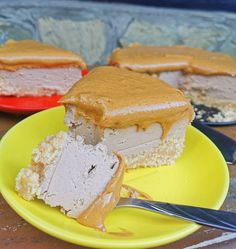 Michaela: 🅿🅴🅰🅽🆄🆃 🅱🆄🆃🆃🅴🆁 🅲🅷🅴🅴🆂🅲🅰🅺🅴 Nepečený arašidový čoko cheescake Milovníci arašidového masla, určite ocenia takýto nepečený koláč. Nie je príliš sladký, v kombinácii s čoko tvarohovou plnkou a jemne slano sladkým maslom, tvorí dokonalú kombináciu. Odporúčam radšej menší kúsok, lebo je dosť sýty 🤭 🔹Základ🔹 250g špaldove piskoty rozmixovať úplne na jemno, primiešať 4 PL ovsené vločky s rozpustené maslo podľa potreby aby nebola zmes sypka. Natlačiť do formy 20x20 a… Cheesecake, Ice Cream, Desserts, Food, No Churn Ice Cream, Tailgate Desserts, Deserts, Cheese Pies, Icecream Craft