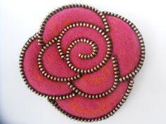 Broche La Rose Rose en laine feutrée : Pins, badges par oksafelt