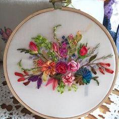 Silk Ribbon. . 오랜만의 실크. 너 참 제멋대로구나! #studiok #스튜디오k #embroidery #ribbonembroidery #broderie #sticken #대전프랑스자수 #대전까또나주 #프랑스자수 #리본자수 #까또나주 #handmade #handcraft
