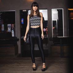 """Gabriela Sales do blog Rica de Marré  com calça """"disco pants"""" e com um cropped em zig zag.Ótima opção para ir a uma balada ."""