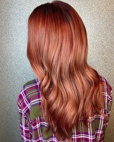 Mahogany hair, anyone? There's a touch of soft copper hue in it to suit fair skin tone. It's a glorious fall hair idea that can add fullness to the tresses. We got a few more mahogany hair trends for you, and you should see them on our website. Just click the link. #mahoganycolor #mahoganyhaircolor Mahogany Hair, Mahogany Color, Barrel Curling Iron, Barrel Curls, Big Curls, Hair Color Shades, Sulfate Free Shampoo, Coarse Hair, Latest Hairstyles