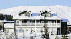 Lapponia House 450 hirsitalo on terve hengittävä koti. Lämpöhirsi tai lamellihirsi. Osatoimituksena tai muuttovalmiina. Hiking Routes, North Europe, Log Homes, Cottage Style, Finland, Places Ive Been, Skiing, Koti, Mansions