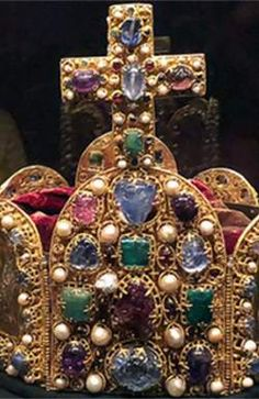 Имя Габсбургов происходит от названия их замка на территории нынешней Швейцарии Габихтсбург («Ястребиный замока»). Brooch, Jewelry, Jewlery, Jewerly, Brooches, Schmuck, Jewels, Jewelery, Fine Jewelry