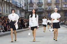 Dê a volta ao mundo com os desfiles da Chanel | Leia mais: http://www.blogdacrisfeu.com/noticia/2016/05/05/de-a-volta-ao-mundo-com-os-desfiles-da-chanel.html
