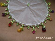 Produto em tule bordado com pedrarias (folha, frutas diversas e bolinhas), em diversas cores, verde e transparente. Diâmetro: 23cm.  Peso: 80 g