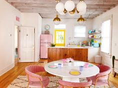 and white kitchen What an adorable retro kitchen - love the pink fridge and the lighting!What an adorable retro kitchen - love the pink fridge and the lighting! Küchen Design, House Design, Booth Design, Design Trends, Airbnb Design, Colorful Apartment, Retro Apartment, Retro Home Decor, Retro Kitchen Decor