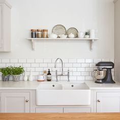 Looking for Shaker-style kitchen ideas? This timeless yet simple kitchen design originated from the Quakers, known as the 'Shakers' Shaker Style Kitchen Cabinets, White Kitchen Backsplash, Shaker Style Kitchens, Kitchen Cabinet Styles, Bright Kitchens, Belfast Sink Kitchen, Kitchen Island, Layout Design, Küchen Design
