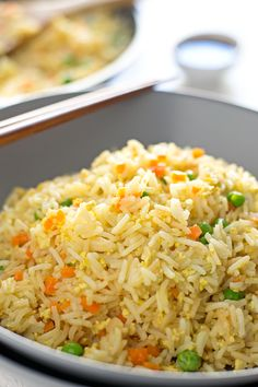 You only need 7 ingredients to make this simple vegan fried rice and it's ready in 15 or 20 minutes. Sometimes I add other veggies. Rice Recipes Vegan, Diet Recipes, Healthy Recipes, Veggie Recipes, Healthy Food, Vegan Fried Rice, Vegan Fries, Vegan Blogs, Living At Home