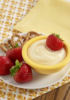 White Chocolate Lemon Fruit Dip: A dessert dip recipe with white chocolate and lemon juice stirred into vanilla pudding to use as a dip with fresh fruit and/or pretzels Dessert Dips, Dessert Recipes, Dip Recipes, Summer Recipes, Chocolate Blanco, White Chocolate, Lemon Fruit Dip Recipe, 3 Ingredient Desserts, Food Cakes