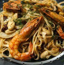 Μια εντελώς ξεχωριστή γαριδομακαρονάδαχωρίς ντομάτα, με το άρωμα του φινόκιο, το λαμπερό χρώμα του σαφράν, και τη διακριτική παρουσία της σταφίδας Greek Recipes, Fish Recipes, Seafood Recipes, Pasta Recipes, Cooking Recipes, Healthy Recipes, Greek Cooking, Grilled Meat, Appetisers