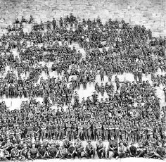 Солдаты австралийской дивизии расположившиеся на ступенях пирамиды Хеопса 1915 год