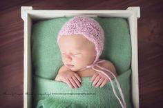Crochet Patterns Galore - Yarn and Me Full Shell Stitch Bonnet For Babies Crochet Baby Bonnet, Crochet Baby Beanie, Crochet Bebe, Baby Hats Knitting, Newborn Crochet, Crochet For Kids, Crochet Yarn, Free Crochet, Crochet Designs