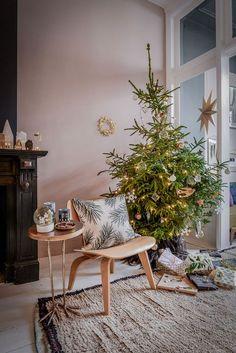 Traditionele kerstdecoratie met tropische goud accenten